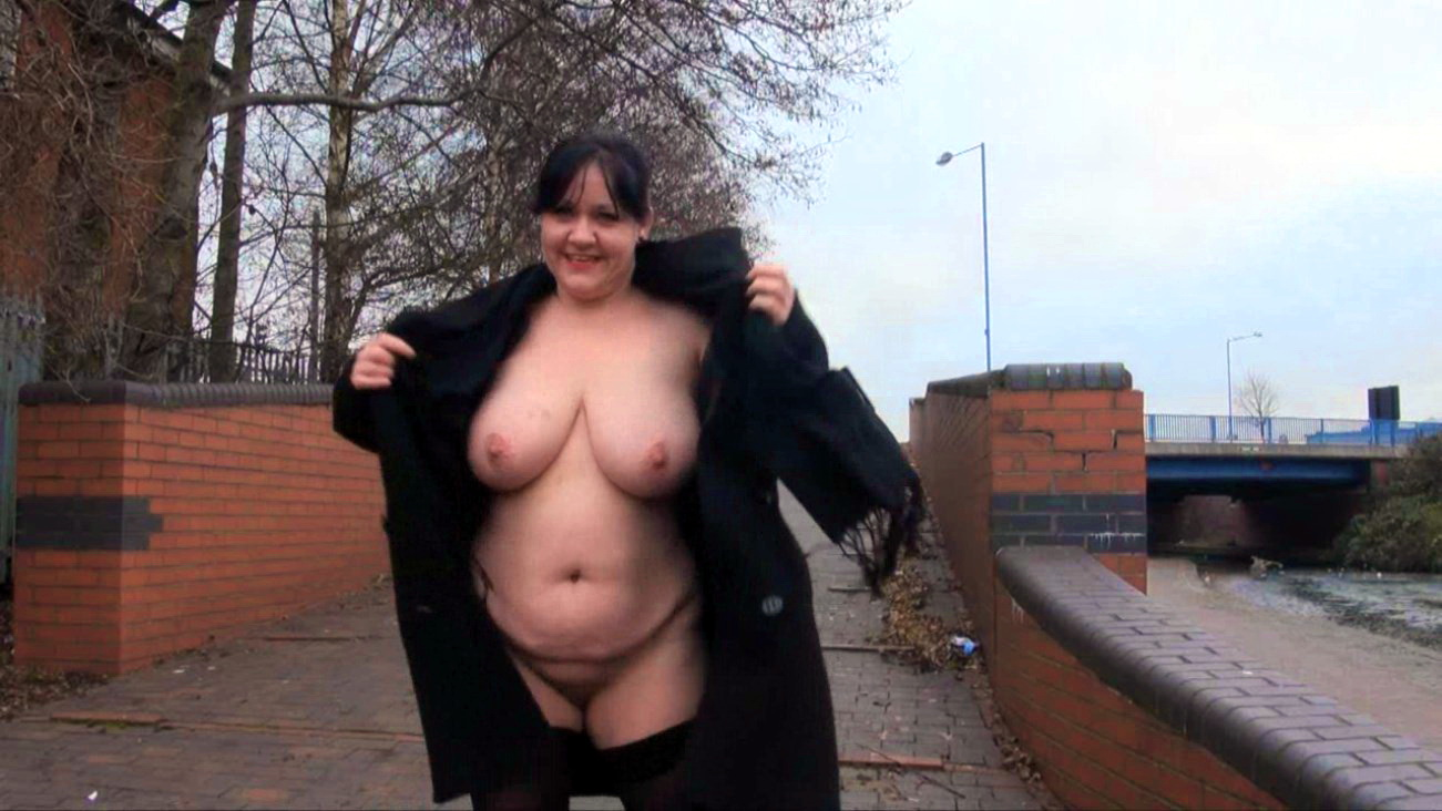 Sexy bbw flashes size g tits